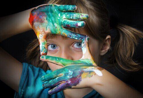 絵具をつけた子供