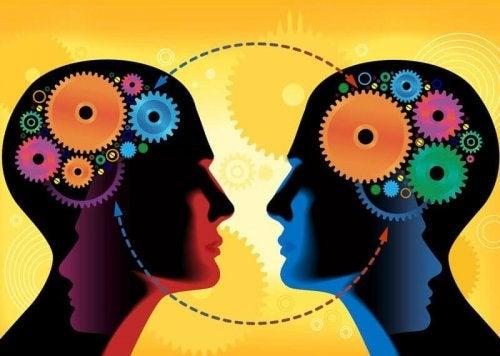 社会的学習:アルバート・バンデューラの興味深い理論