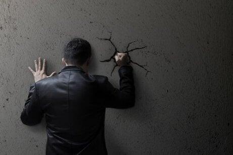 壁を破壊する男性
