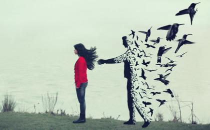 女性の背後に鳥になる男性