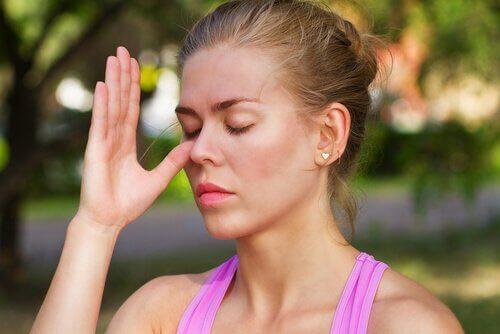 片鼻呼吸法をする女性