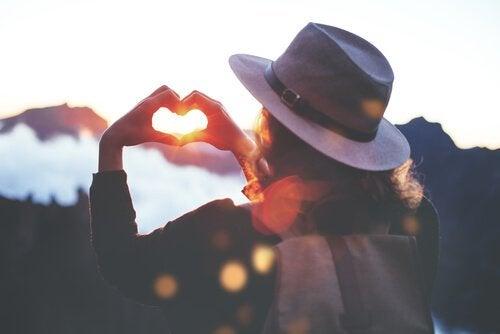 ヴァージニア・サティアの自尊心を高めるための5つの自由