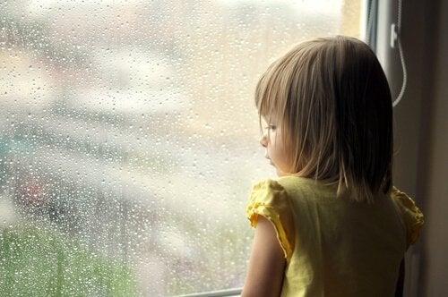 窓辺の子供