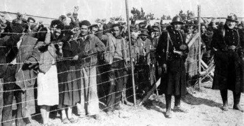 集まる移民
