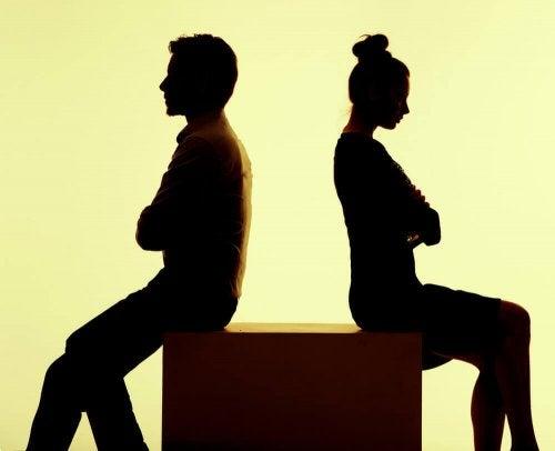 反対を向いて座るカップル