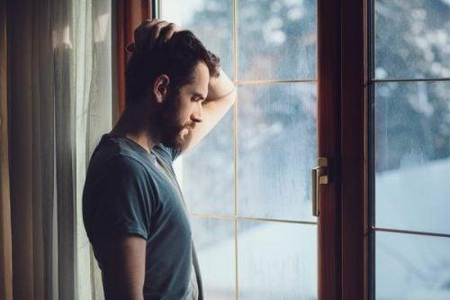窓際の男性
