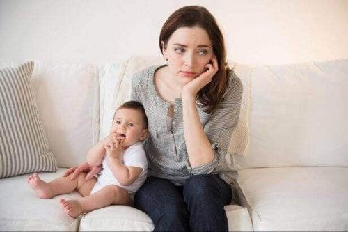子どもと座る悪い母親
