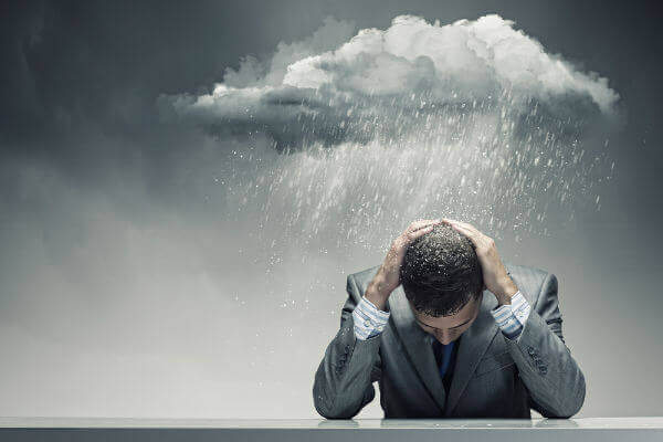 男性に降りかかる雨