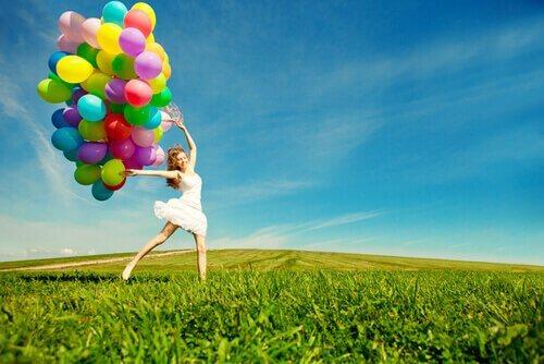 沢山の風船を持った女性