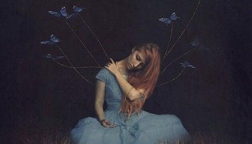 蝶と繋がった女性