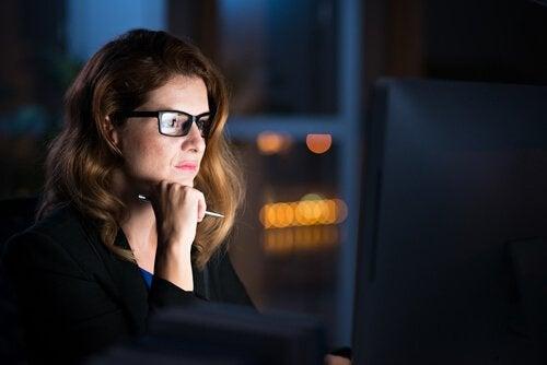 夜勤をする女性