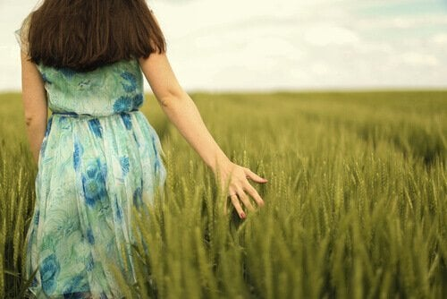 草はらと女性