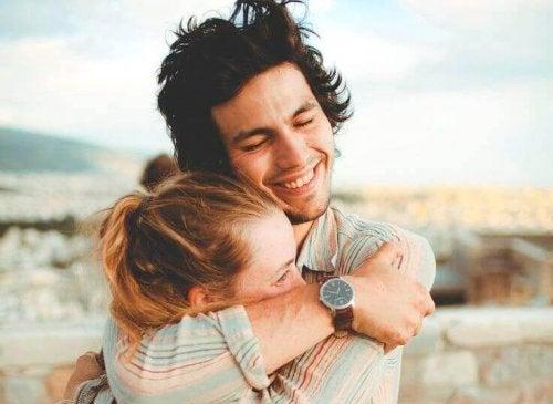 女性を抱き締める男性