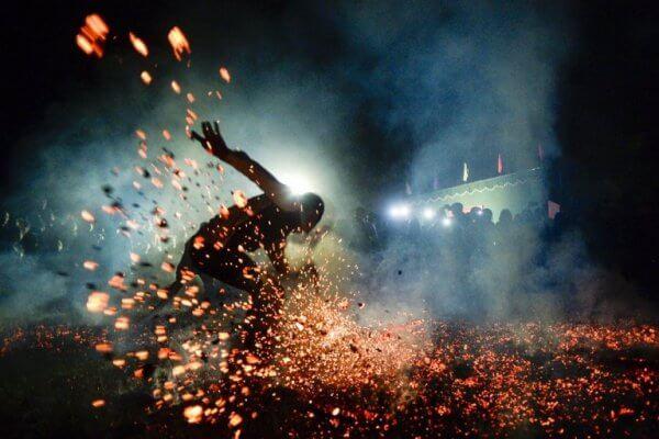 火の上を走る男性