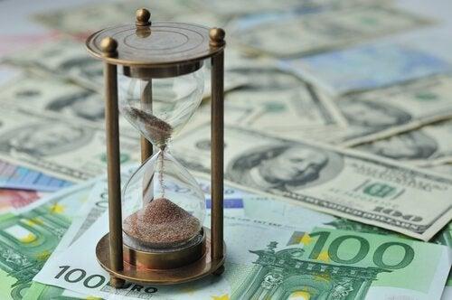 紙幣の上の砂時計