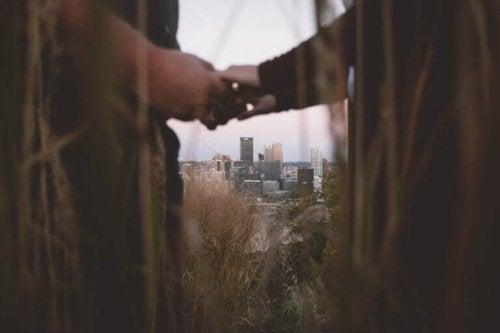 手を取るカップル