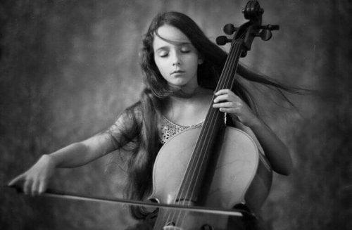 チェロを弾く人
