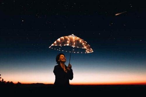 夜傘をさす女性