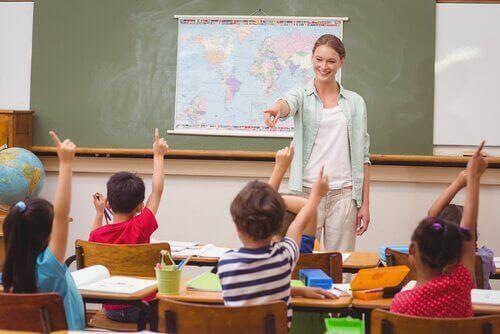 児童を指す教師