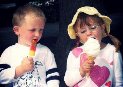 アイスクリームを食べる子供達