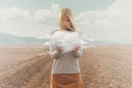 雲を手にする女性