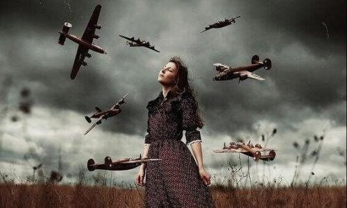 女性の周りの飛行機