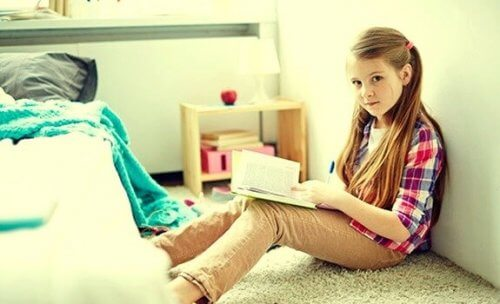 自分の部屋で過ごす少女