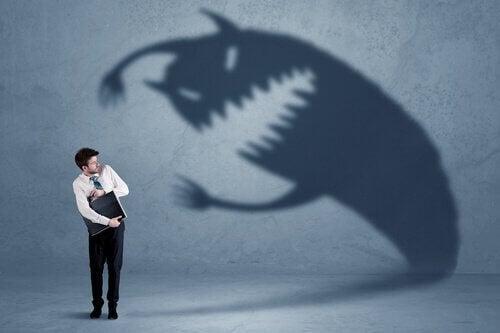 人に共通する恐怖を抱える男性