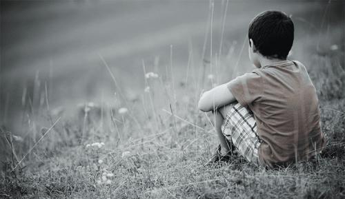 一人で座る少年