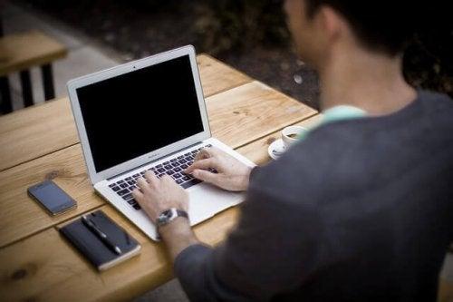 パソコンに向かう人
