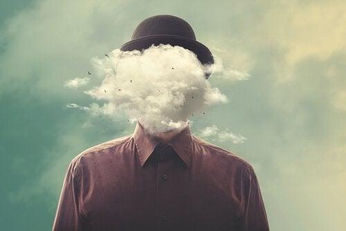顔が雲の人
