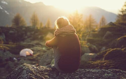 心の距離を感じる女性