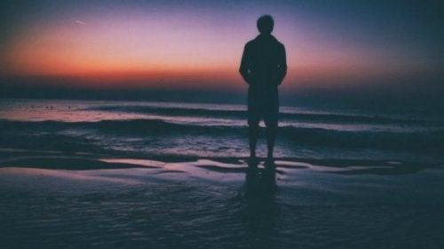 海辺に立つ男性