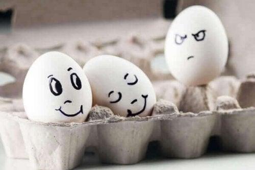 顔が描かれた卵