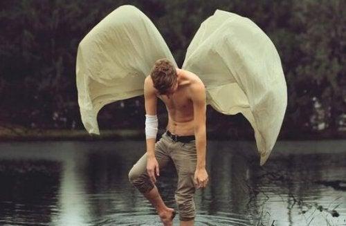 羽のある男性