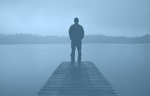 水辺に立つ男性