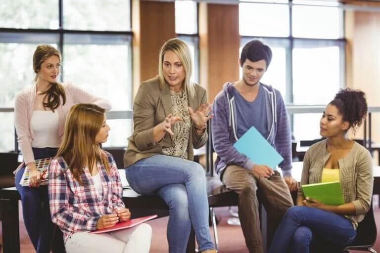 子供に話しかける教育心理学者