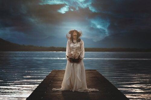 曇り空を見上げる女性