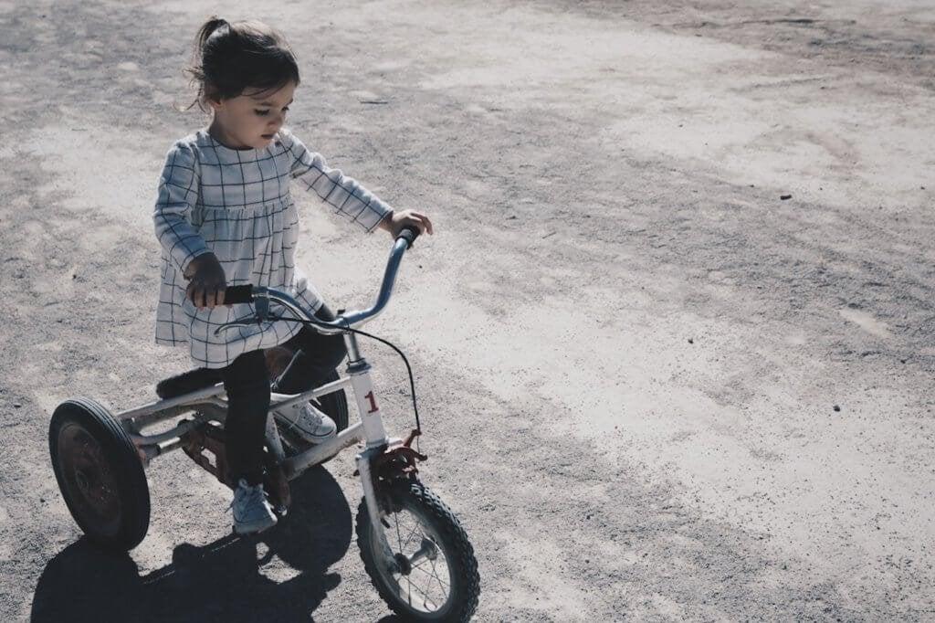 三輪車に乗る女児