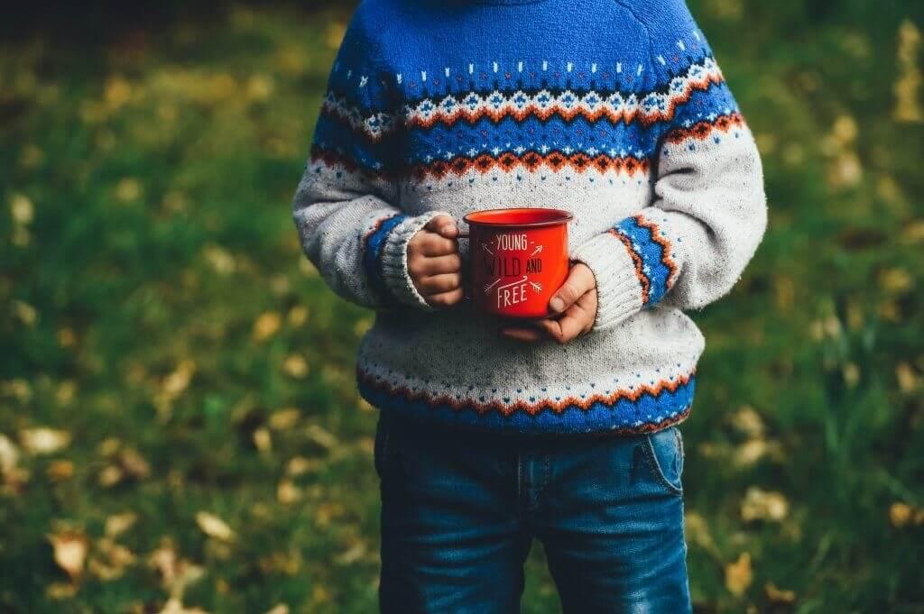 マグカップを持つ子供