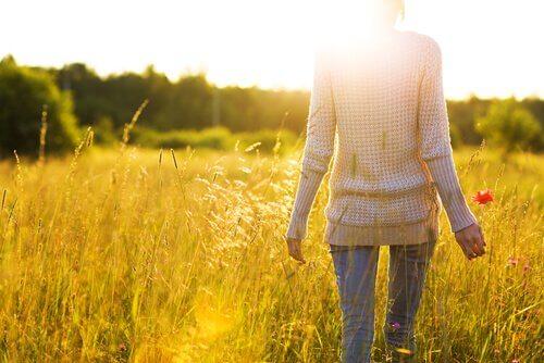 野原を歩く女性