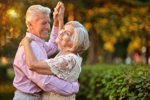 踊る高齢のカップル