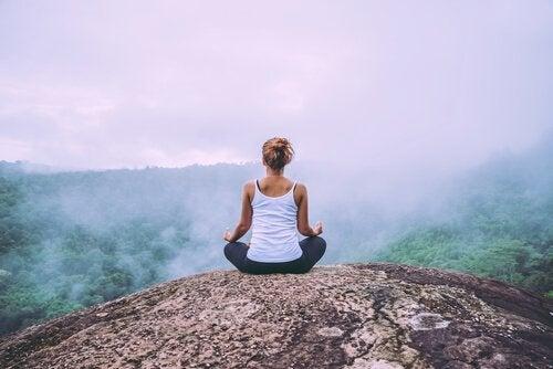 山頂で瞑想