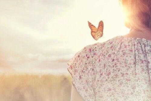 辛抱強くいることを学ぶ女性と蝶