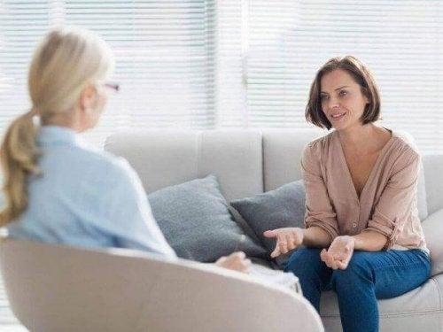 心理療法を受ける女性