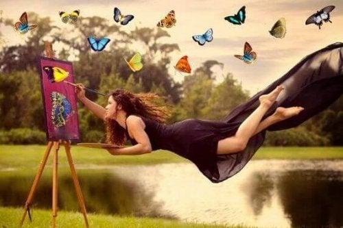 蝶々の絵を描く女性
