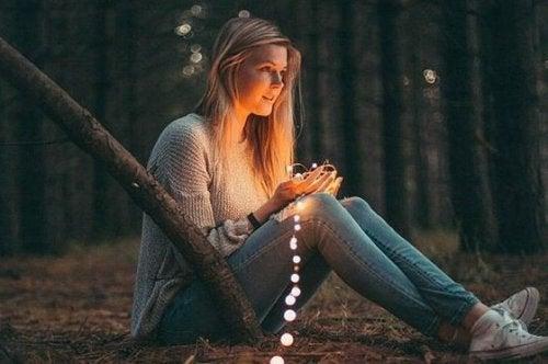 ライトを手にする女性