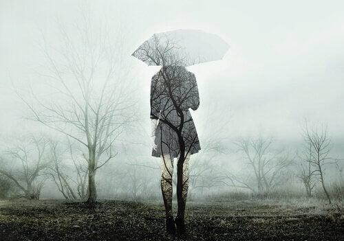 傘をさす人の影