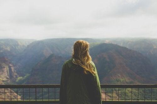 山を眺める女性