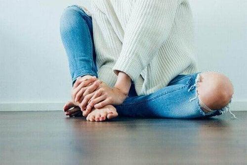 床に座る人